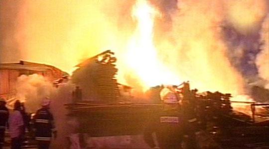Controlan gigantesco incendio de un aserradero en Pilar
