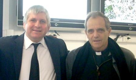 Monseñor Casaretto junto a Diego Santillan
