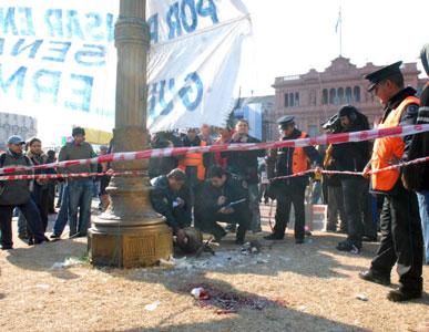 Muere un hombre al caerle una farola en la cabeza en Plaza de Mayo