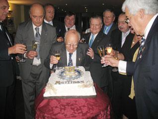 Alfredo Laguzzi junto a los rotarios martinenses soplando las velitas del 50 aniversario