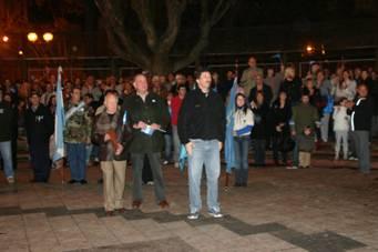 Al filo de la medianoche pasadas, gran cantidad de vecinos de Martínez, entre ellos el intendente Posse, se dieron cita en la plaza 9 de Julio para entonar el Himno al comenzar la jornada de un nuevo aniversario de la Independencia Nacional