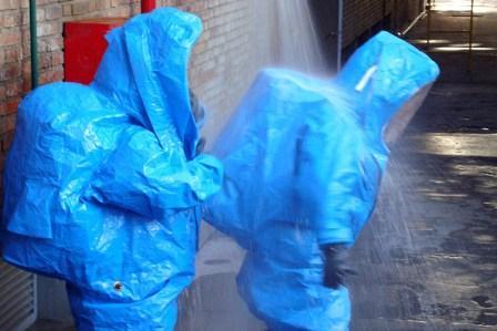 Simulacro de derrame tóxico y evacuación en una planta industrial
