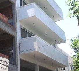 Demolición parcial de balcones de un frente en San Isidro