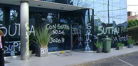 Violenta protesta sindical frente al edificio de autopistas del Sol