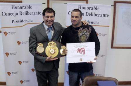 El Honorable Concejo Deliberante de Tigre recibió y homenajeó al recientemente consagrado Campeón Mundial de Boxeo Hugo Pigu Garay. El presidente del cuerpo, Daniel Gambino, fue el encargado de entregar la distinción.