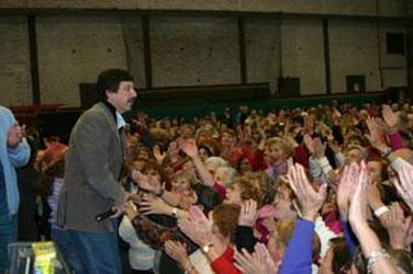 El intendente Posse saludando a los jóvenes