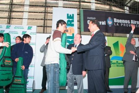 El Gobernador de la Provincia de Buenos Aires, Daniel Scioli, el Intendente de San Fernando, Osvaldo Amieiro, encabezaron el acto de entrega de 100 guitarras