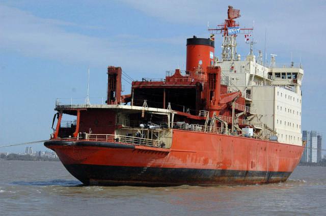 El rompehielos Almirante Irízar, seriamente dañado por un incendio en abril de 2007, arribó al puerto de Buenos Aires
