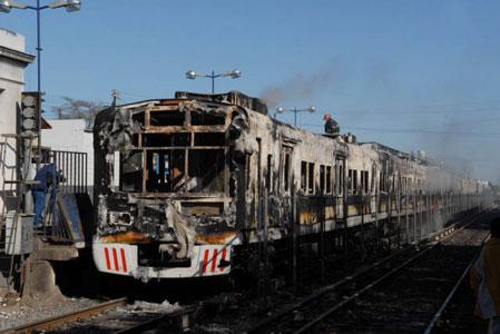 Incendian tren en Merlo y cortan vías en Castelar por demoras