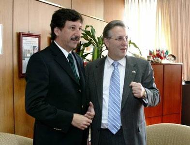 Gustavo Posse y el embajador Wayne durante el encuentro