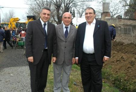El Intendente de Tigre, Dr. Julio Zamora, acompañado por el Presidente de AySA, Carlos Ben y el Secretario de Inversión Pública, Antonio Grandoni