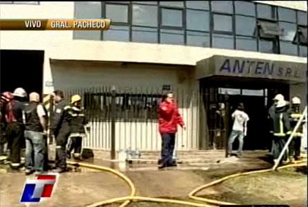 Diez dotaciones de bomberos combatieron un incendio en una fábrica de General Pacheco