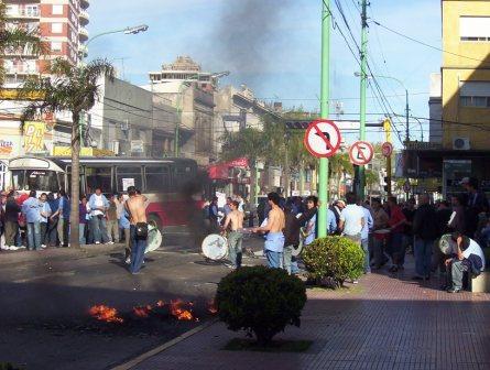 Una protesta de trabajadores de las líneas 721 y 723 mantuvo cortada la avenida cazón por más cocho horas