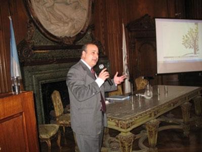 El Dr. Castellano  expuso ante que desbordó un colmado auditorio en la Legislatura porteña