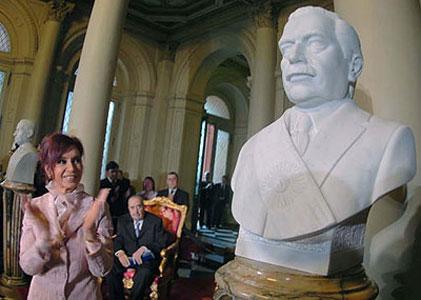 La jefa de Estado emplazó junto al ex presidente Raúl Alfonsín el busto dedicado al radical