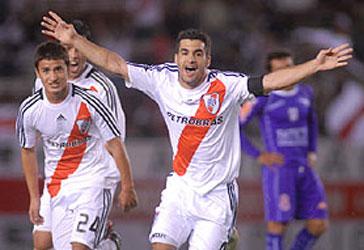 A River Plate le alcanzó esta noche con una actuación sin grandes luces para vencer 2-1 a Defensor Sporting y lograr la clasificación