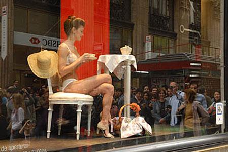 Una vidriera viva de lencería femenina en pleno centro