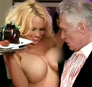 Pamela Anderson se desnudó como regalo de cumpleaños de Hugh Hefner