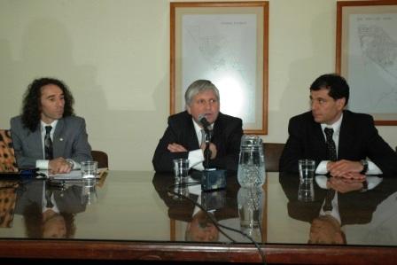 El Titular de la OMIC Tgre Mauricio Bianchi junto al Secretario de Proteccion Ciudadana Diego Santillan y el Presidente del HCd Daniel Gambino