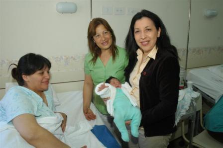 Las concejales Alejandra Nardi y Teresa Contreras, acompañadas por la Dra. Raquel Sussman, directora de la maternidad Dr. Valentín Nores, visitaron a las flamantes madres del partido de Tigre.