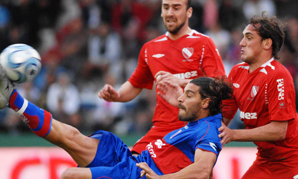 Lazzaro en accion ante Independiente