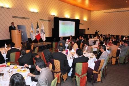 Scioli al compartir un desayuno de trabajo con 60 empresarios mexicanos