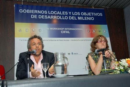 El secretario Flier exponiendo en Montevideo