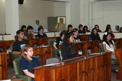 los estudiantes deliberando en el recinto de sesiones del legislativo Sanisidrense