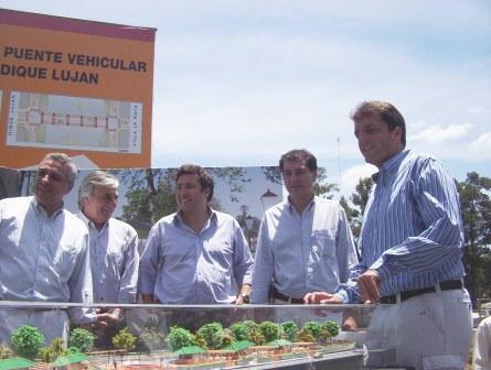 Zamora, Zin, Arroyo, Gambino y Massa junto a la maqueta de la obra
