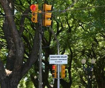 Inauguraron en San Isidro el primer semáforo a leds y energía solar