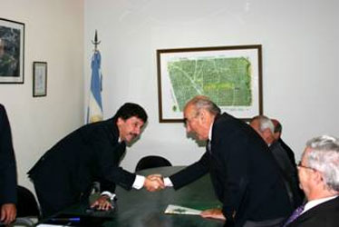 El intendente Posse y Molina Pico se estrechan la mano tras la firma del convenio
