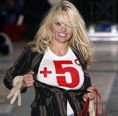 Pamela Anderson alborota desfile de modas en París