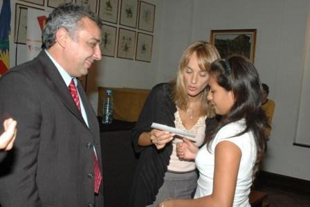 El municipio otorgó becas educativas a alumnos de escuelas secundarias de Tigre