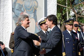 El embajador oriental y el intendente sanisidrense saludándose al término de los discursos