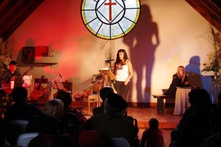 La Parroquia Nuestra Señora de la Ternura se colmó de público que asistió a la lectura de una selección de cartas, matizada por un cuarteto de cuerdas y representaciones teatrales y de danza.