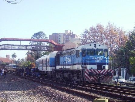 Apoyado por un alocomotora disel, operarios de TBA intenten encarrilar el Tren que saltó de las vias alrededor de las 6 AM