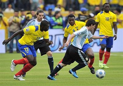 El seleccionado argentino de fútbol dejó comprometida hoy su clasificación directa para el Mundial de Sudáfrica 2010 porque perdió ante Ecuador 2-0 en el Estadio Olímpico Atahualpa de Quito