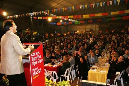 Massa durante un imponente acto con los candidatos a concejales de la lista Tigre Vive Tigre Sigue, en la localidad de Troncos del Talar