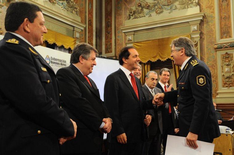 El Gobernador firma decreto sobre escalfón policial