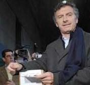 """El jefe de gobierno porteño emitió su sufragio en el Nacional Buenos Aires, y llamó """"a todos los argentinos a votar con alegría y entusiasmo""""."""