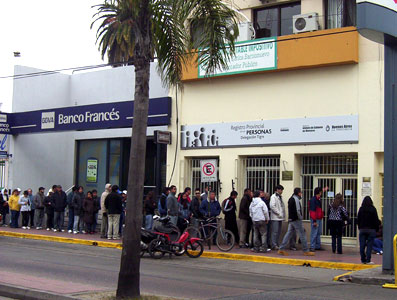 Largas colas en el Registro Civil de Tigre