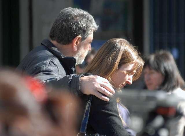 Romina, la novia del abogado Maximiliano Robak quien fue asesinado en la localidad de Florida, es consolada por su padre
