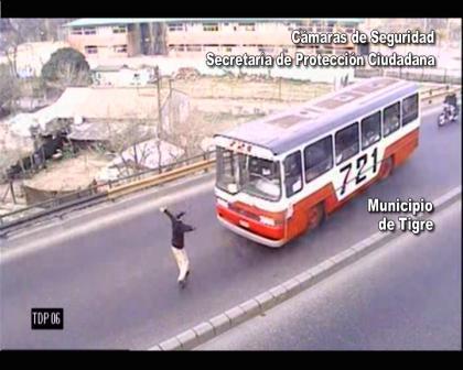 Las cámaras atraparon a descontrolado bajo los efectos de la droga en el puente de Pacheco