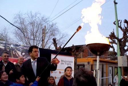 En un emotivo acto que contó con la participación de numerosos vecinos, representantes de clubes barriales y funcionarios locales; el intendente de Tigre, Sergio Massa, inauguró un nuevo tramo de la red de gas en el barrio Las Tunas