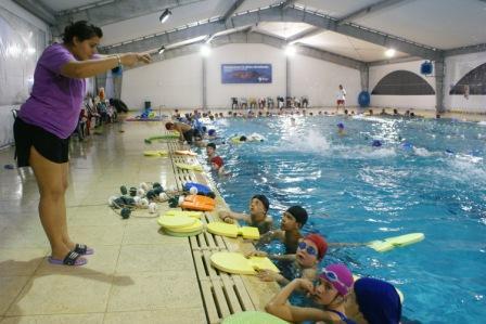 Niños, jóvenes y adultos disfrutan de la climatización de la pileta del Polideportivo Central