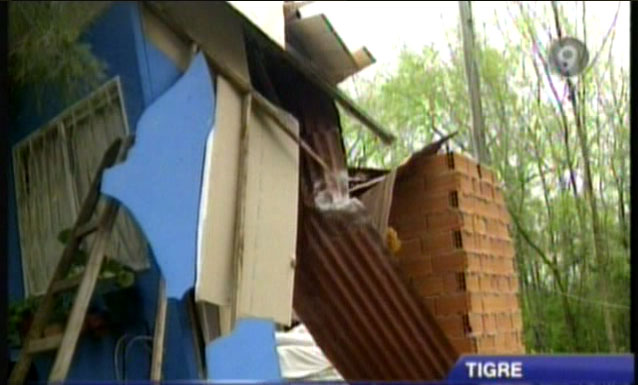 Una embarcación derribo cables y destruyó una casa en una isla de Tigre