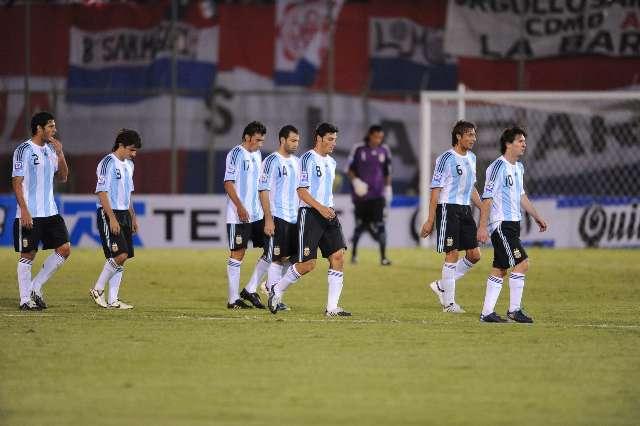 Los jugadores de la selección argentina se retiran cabizbajos, tras caer en el estadio Defensores del Chaco de Asunción ante Paraguay por 1-0 en el cotejo por las eliminatorias sudamericanas para el Mundial de Sudáfrica 2010