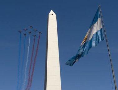 Miles de personas observaron la escuadrilla aérea Patrouille de France sobrevolando Buenos Aires