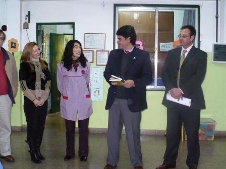 Jorge Macri, junto la docente Flavia Bernasconi y el concejal electo de Unión PRO, Ariel Arnedo, en el momento de la entrega de los libros publicados en el marco del programa de Educambio.