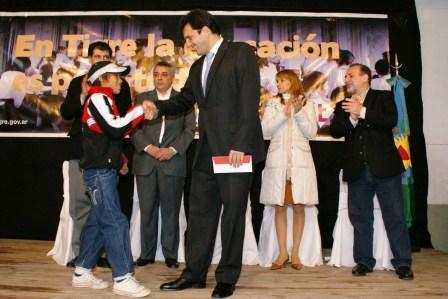 Sergio Massa entregó 400 becas para alumnos de Tigre